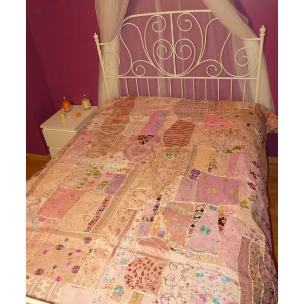 couvre lit en patchwork brod fait main rosa. Black Bedroom Furniture Sets. Home Design Ideas