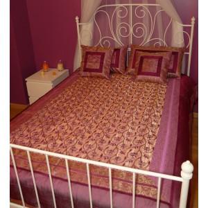 Parrure de lit en soie mélangée brodée et ornée de fils métalliques magenta et doré